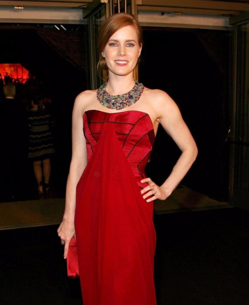 Макияж к красному вечернему платья для рыжей