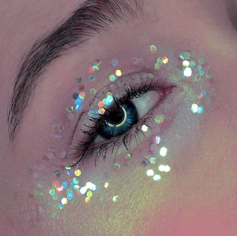 макияж с блестками для голубых глаз