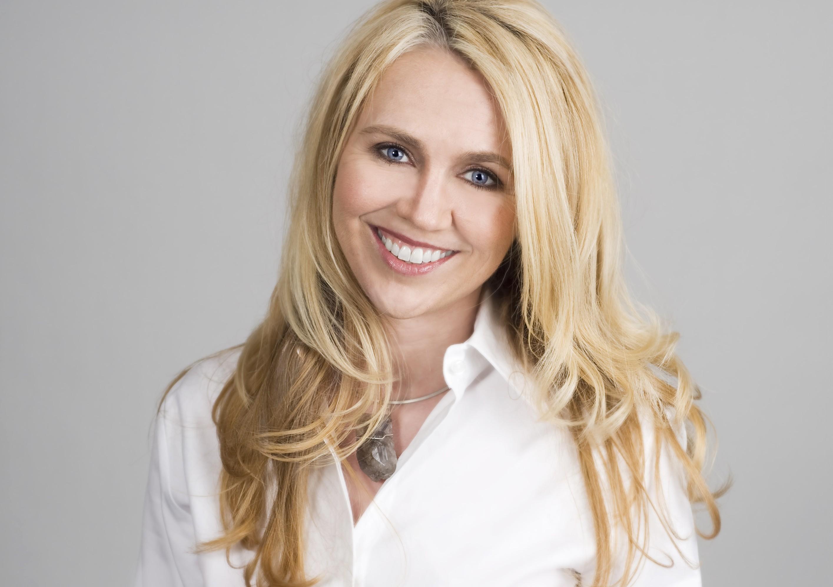 дневной деловой офисный макияж для блондинок фото