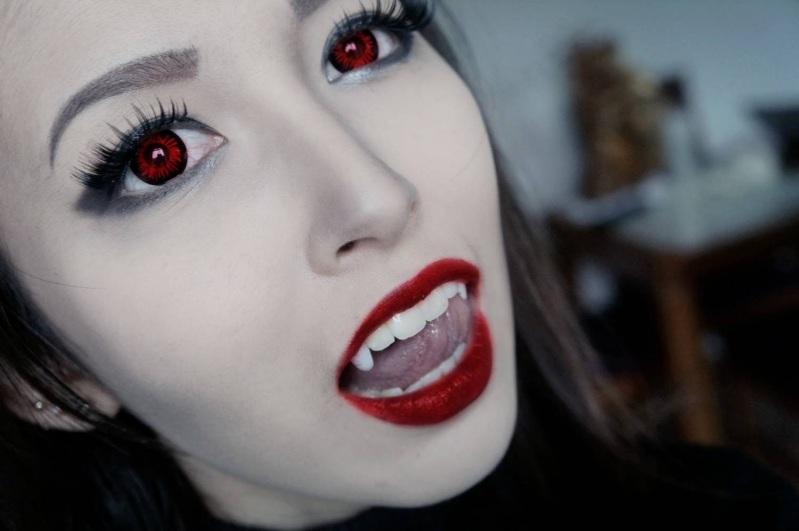 Девушка вампир на хэллоуин