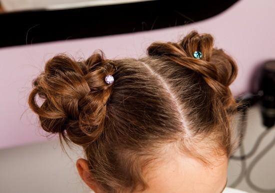 Бублики из косичек в школу на средние волосы